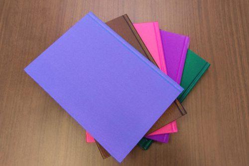 画像:角度によって色味が変わるシャンブレー生地の上製本